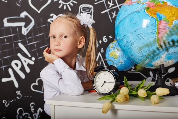 Niños alumna estudian en la escuela el primero de septiembre, último día de estudio, cambio entre clases. los niños de la escuela primaria descansan. los estudiantes se sientan en el aula.