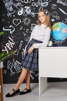 Niños alumna estudian en la escuela el primero de septiembre, último día de estudio, cambio entre clases.