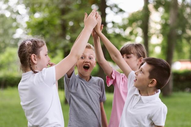 Niños animando antes de jugar un juego.