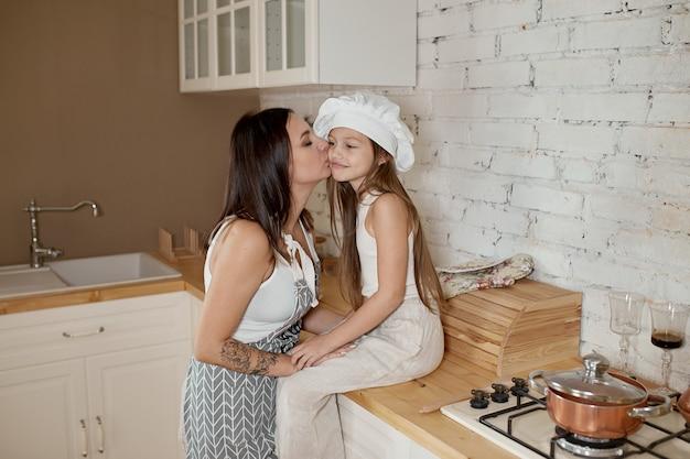 Los niños aprenden a preparar una ensalada en la cocina.