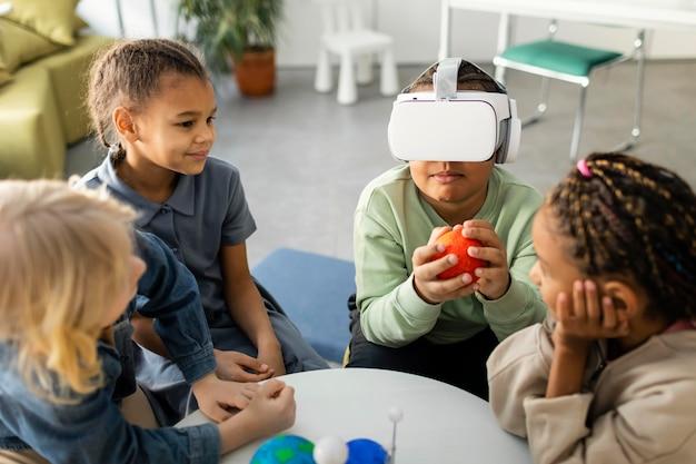Niños aprendiendo sobre el universo.
