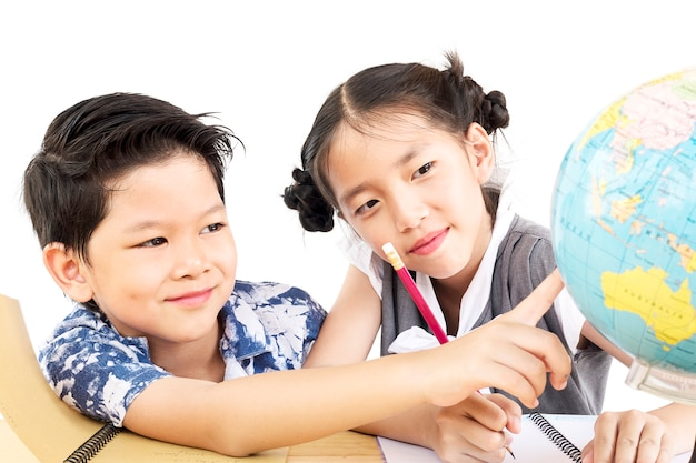 Los niños asiáticos están estudiando el globo sobre fondo blanco