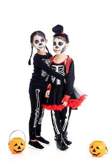 Niños asiáticos con pintura facial y disfraces de halloween
