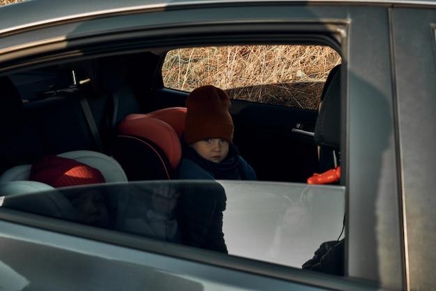Niños en asientos para niños en el coche. viaje seguro en coche con niños.
