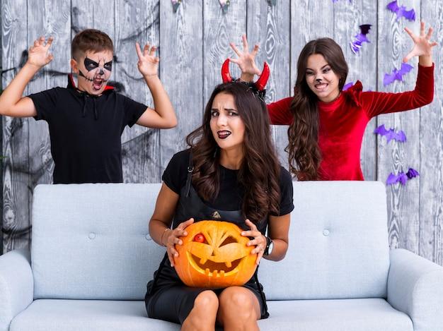 Niños asustando a la madre para halloween