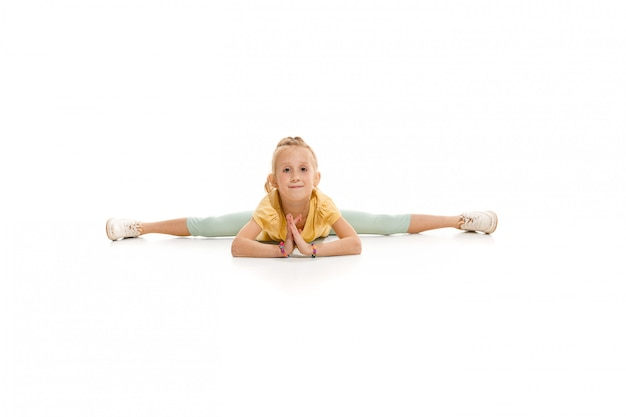 Los niños bailan en la escuela, bailarines de ballet, hiphop, street, funky y modernos