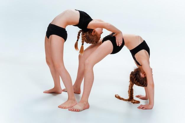 Los niños bailan en la escuela, ballet, hiphop, street, funky y bailarines modernos.