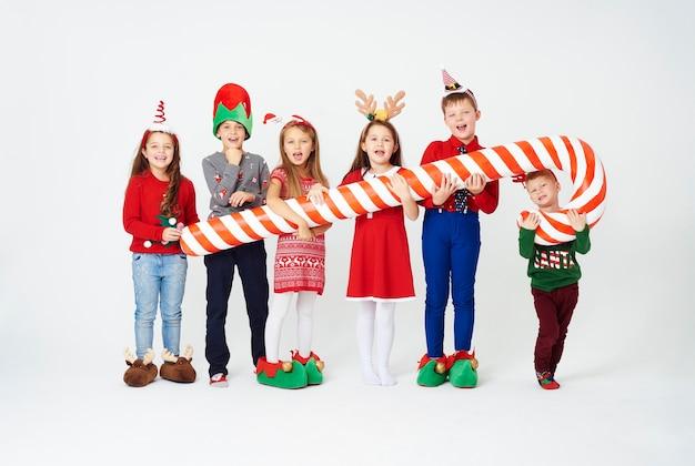 Niños con bastón de caramelo artificial.