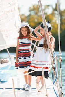 Niños a bordo del yate de mar. niñas adolescentes o niños al aire libre.