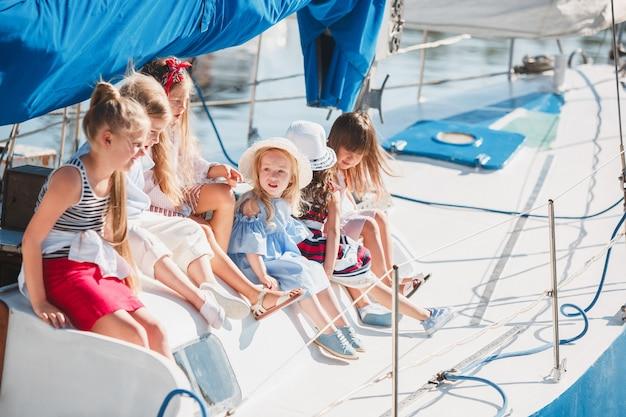Los niños a bordo del yate de mar
