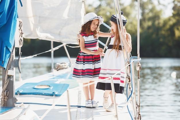 Los niños a bordo del yate de mar.