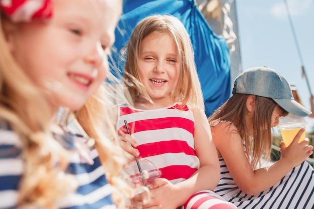 Los niños a bordo del yate