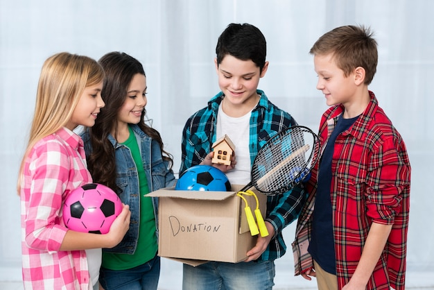 Niños con caja de donación