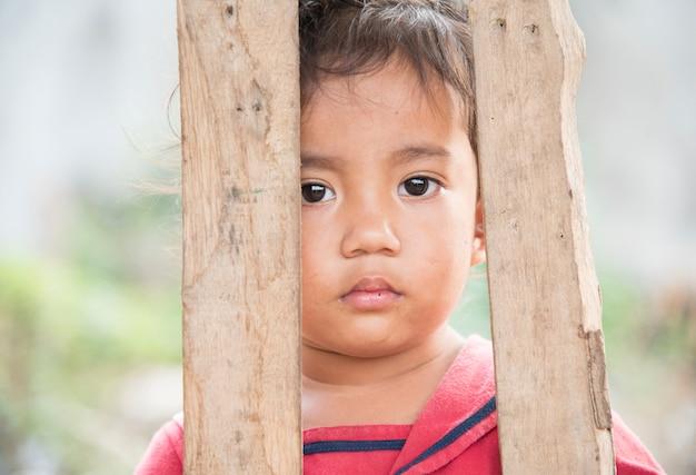 Niños camboyanos en los barrios pobres de poipet camboya.