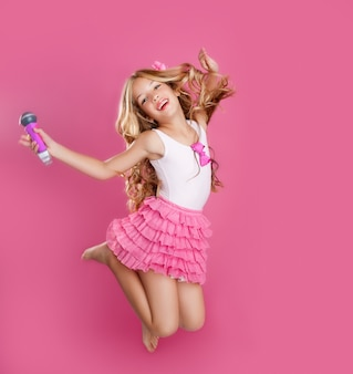 Niños cantante estrella pequeña como muñeca de moda con micrófono