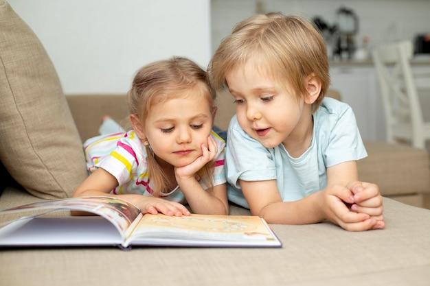 Niños en casa leyendo