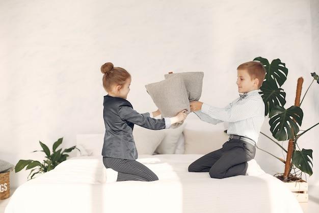 Niños en casa pelean almohadas