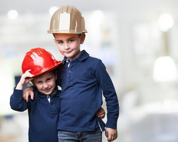 Niños con cascos de trabajo