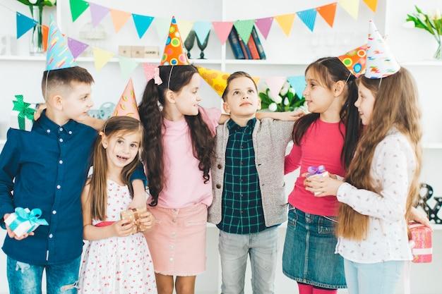 Niños celebrando un cumpleaños