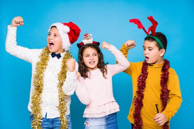 Niños celebrando el día de crhistmas haciendo expresiones