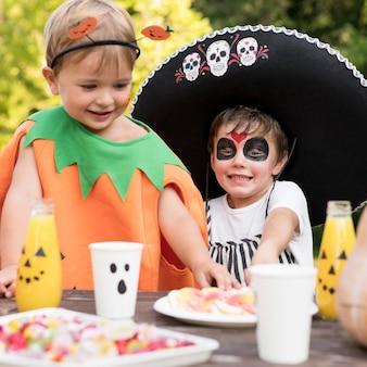 Niños celebrando halloween con disfraces.