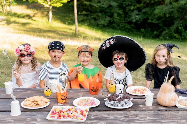 Niños celebrando halloween juntos