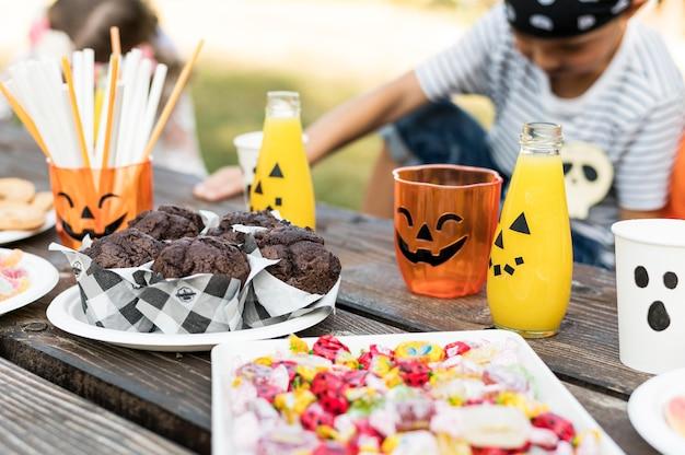 Niños celebrando el primer plano de halloween