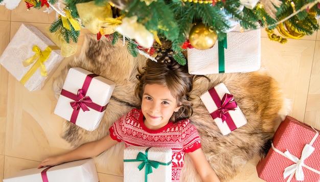 Niños cerca del árbol de navidad. enfoque selectivo.
