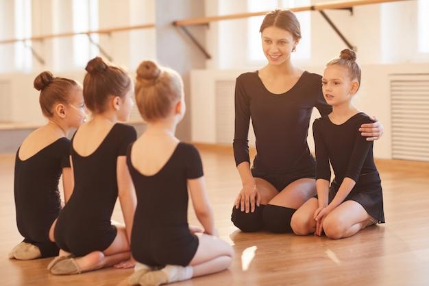 Niños en clase de ballet