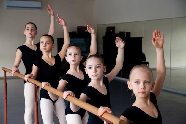 Niños en la clase de danza de ballet.
