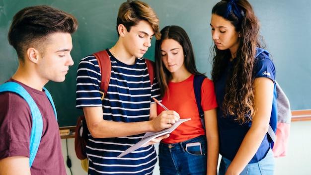 Niños de colegio apuntando algo