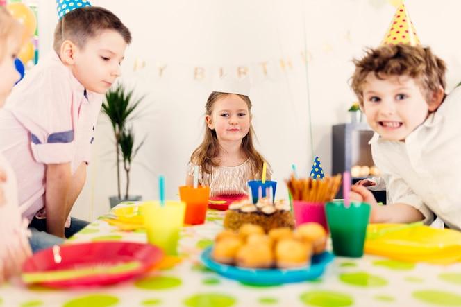 Niños con gorras de colores en la fiesta