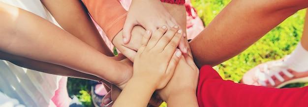 Los niños cruzan las manos, juegan en la calle. enfoque selectivo.