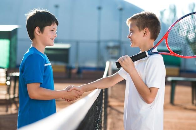 Niños dándose la mano antes del partido.