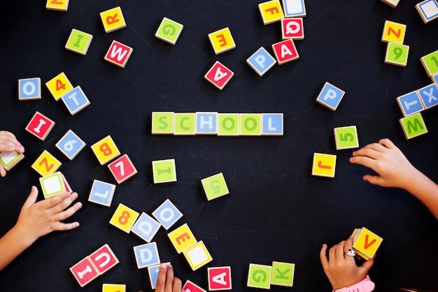 Niños deletreando palabras con bloques del alfabeto