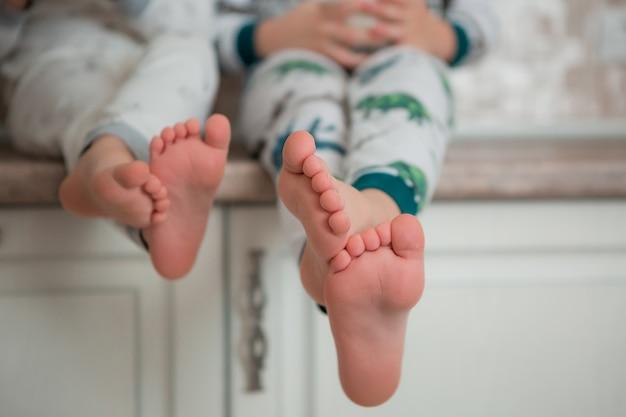 Los niños desayunan en pijama