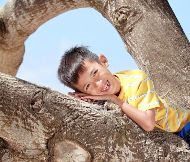 Niños descansando en un árbol