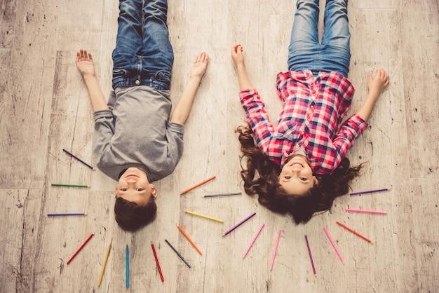 Niños dibujando en casa