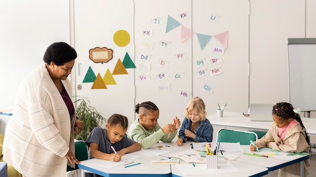 Niños dibujando juntos en el aula.
