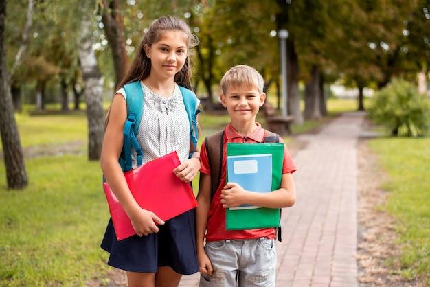 Niños de diferentes edades que van a la escuela.