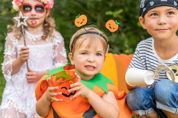 Niños con disfraces para halloween en el parque.