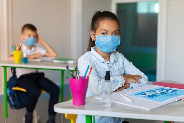 Los niños el distanciamiento social en el aula.