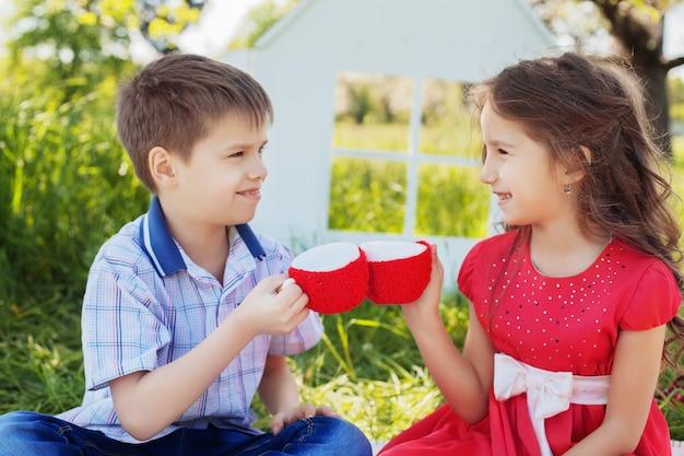 Niños en la diversión de picnic. el concepto de infancia y estilo de vida.