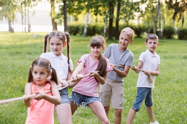 Los niños se divierten en el tira y afloja