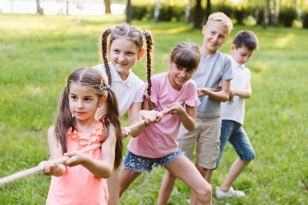 Niños divirtiéndose en el tira y afloja
