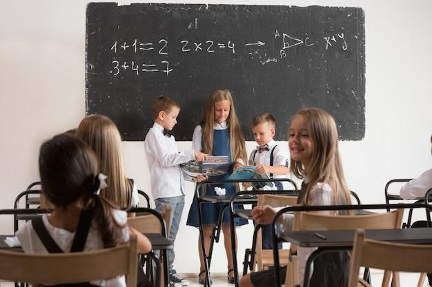 Niños en edad escolar en el aula en la lección.