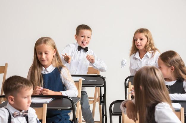 Niños en edad escolar en el aula en la lección