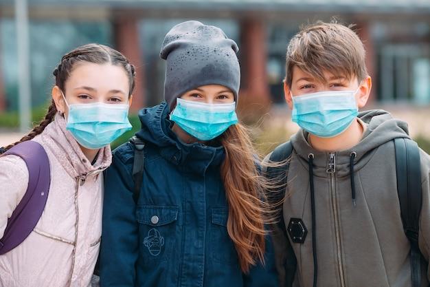 Niños en edad escolar con máscaras médicas. retrato de niños en edad escolar.