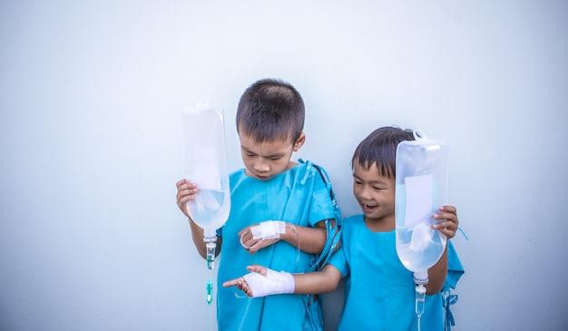 Niños enfermos en el hospital