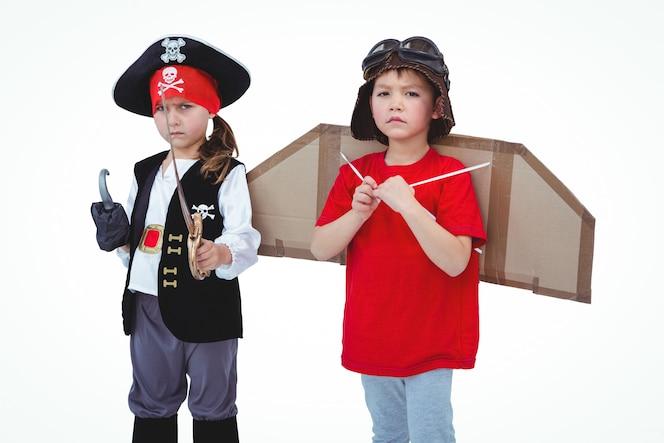 Niños enmascarados que fingen ser piratas y piloto